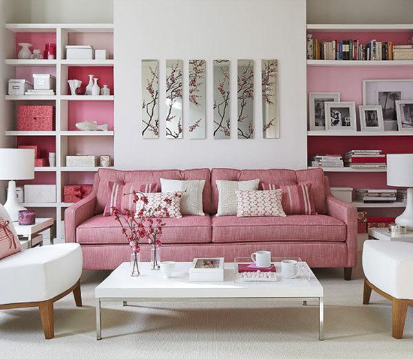 розовый диван в пастельной гамме