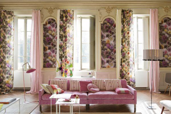 легкие цветочные шторы в дизайне гостиной