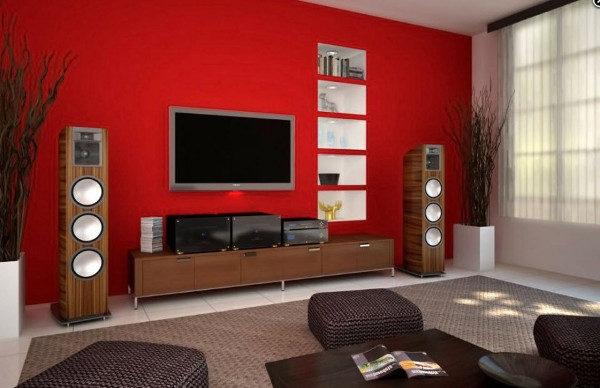 красная стена в оформлении пастельной гостиной