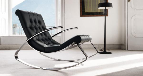 черное кресло в дизайне гостиной