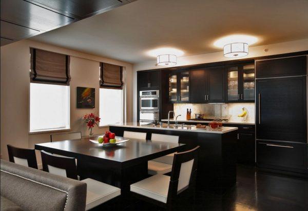 Черно-белые стулья и темная мебель на кухне