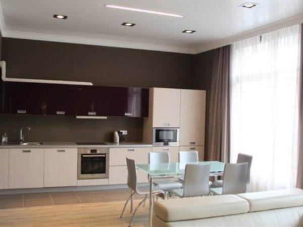 Кухня и столовая, гостиная с небольшой перегородкой.