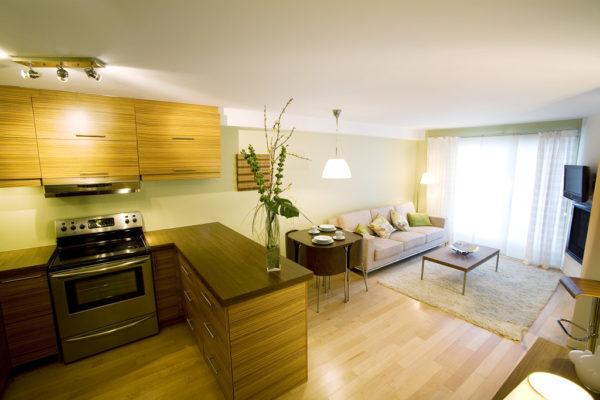 Желтый и беж в оформлении гостиной-кухни с перегородкой