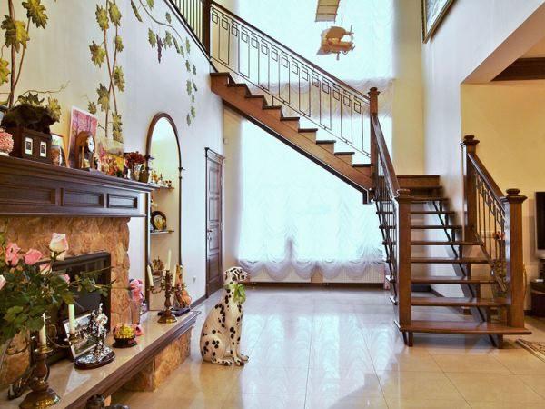 лестница в гостиной двухмаршевая