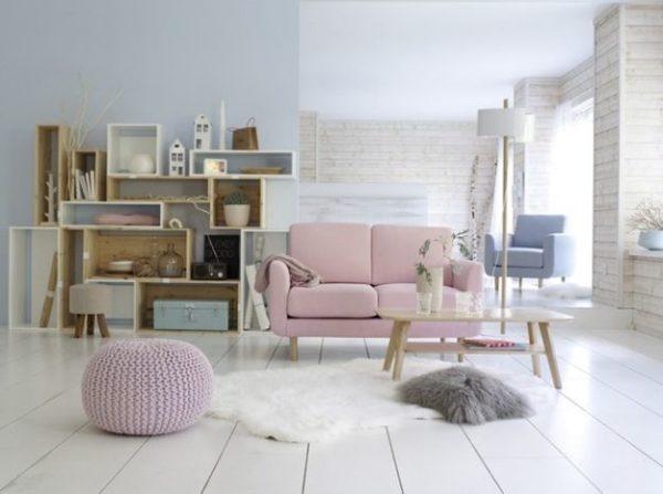 розовый диван в пастельном декоре