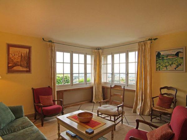 Просторная гостиная с креслами и легкими шторами