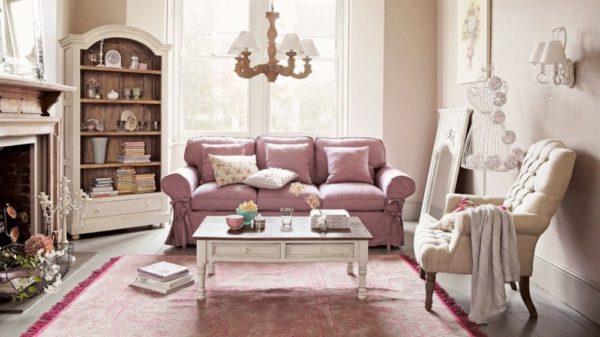 Гостиная с фиолетовым диваном и мягким креслом