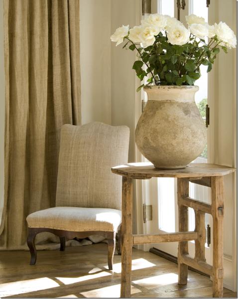 Белые розы в вазе из необработанной глины