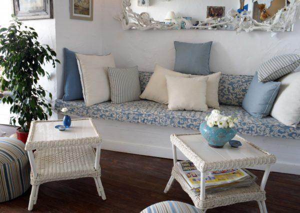 Полосатые и цветасты подушки на диване в гостиной