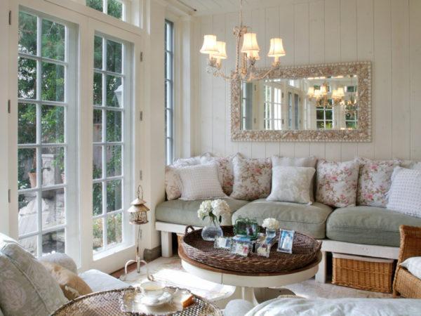 Гостиная с большим стилизированным зеркалом