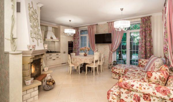 Розовый, красный и коралловый в оформлении гостиной-кухни