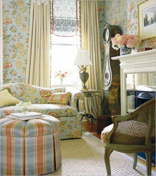 Цветные обои и мебель в тон в гостиной