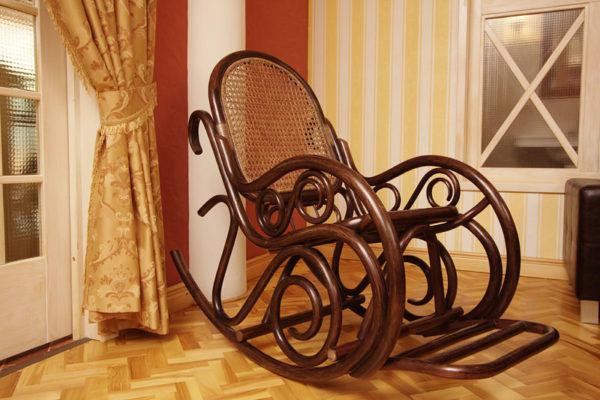 Кресло-качалка из темного дерева