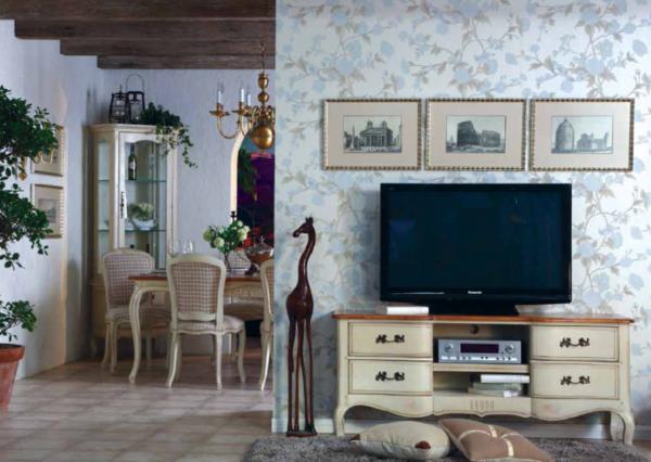 Своевременная гостиная с телевизором в стиле прованс