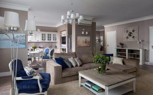 Бежевая гостиная с синими элементами дизайна