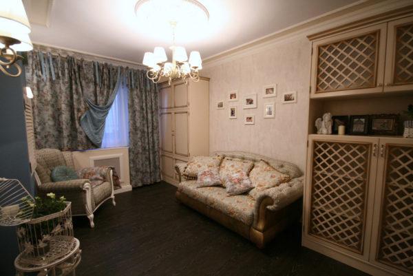 Бежевая гостиная с решетчатой мебелью