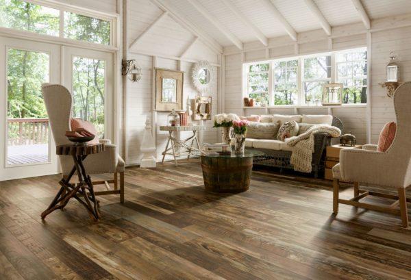 Деревянный пол и стены в гостиной