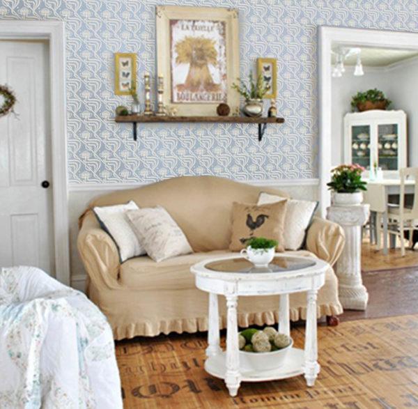 Мебель с рюшами и цветные стены в гостиной
