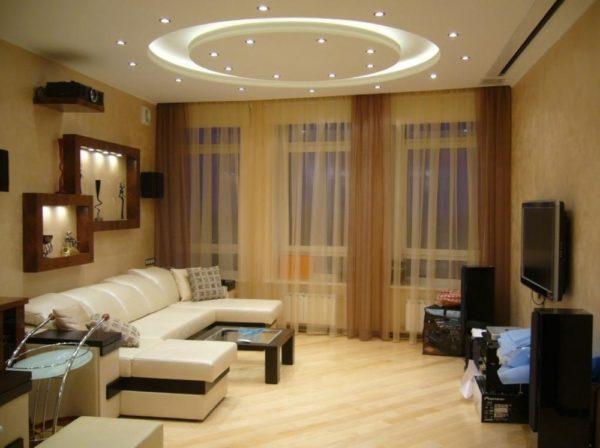 интерьер гостиной с легкими занавесками
