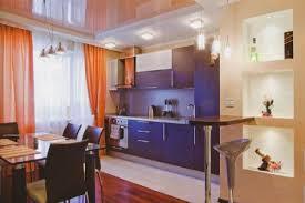 сохранение простора за счет миниатюрной стойки и встроенных стеллажей