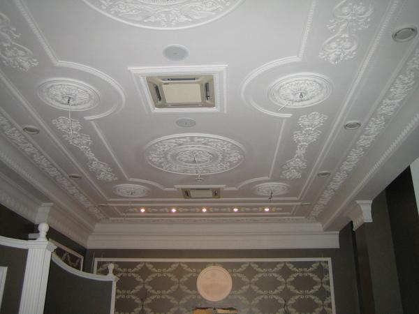 декор потолка лепниной в гостиной комнате