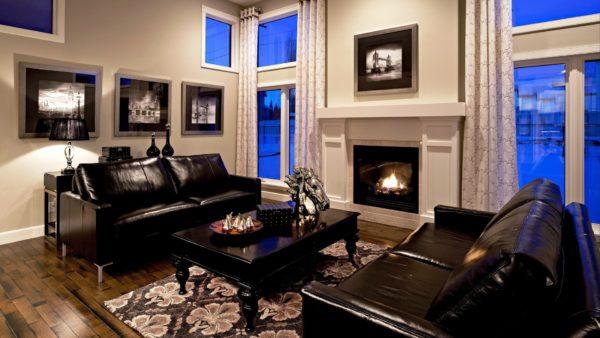 черная мебель с яркими декоративными элементами