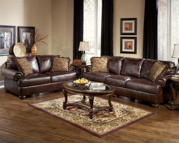 диван цвета темного шоколада с черными портьерами