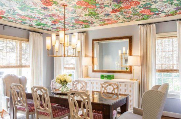 обойное покрытие потолка кухни-гостиной