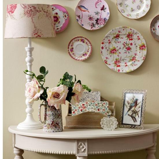 Элементы декора на стенах и торшеры