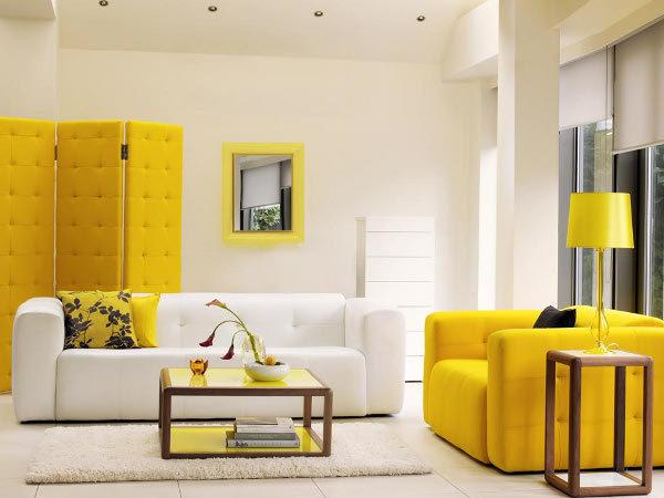 яркий диван в оформлении гостиной