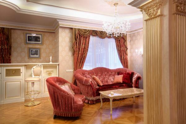 Окно и яркий диван