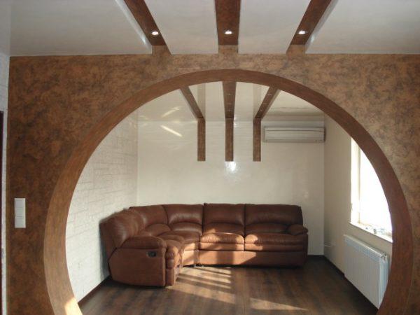 гармонирующая с мебелью арка