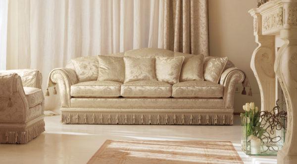 Светлая мебель для классической гостиной