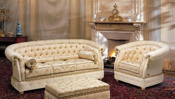 Золотисто-белая мебель и гостиная с лепниной