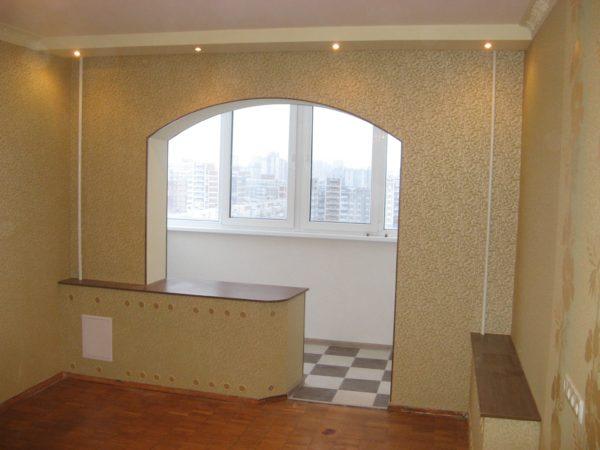 арка в стиле романтик между комнатой и балконом