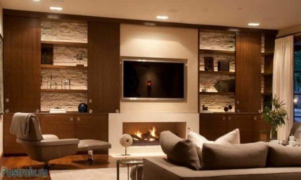 Гостиная с телевизором и мебелью по бокам