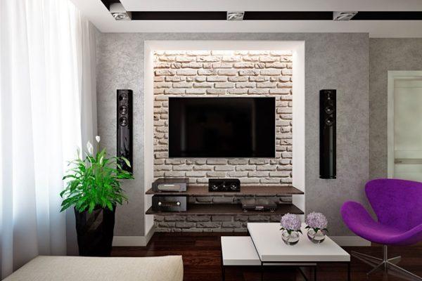 Телевизор в центре стены