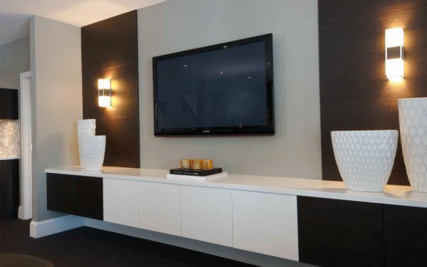 Телевизор на светлой стене с обоями