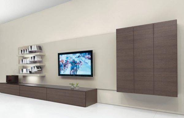 Телевизор размещен на самой большой стене