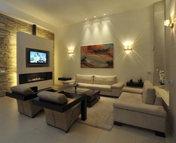 Телевизор на панели с подсветкой в гостиной