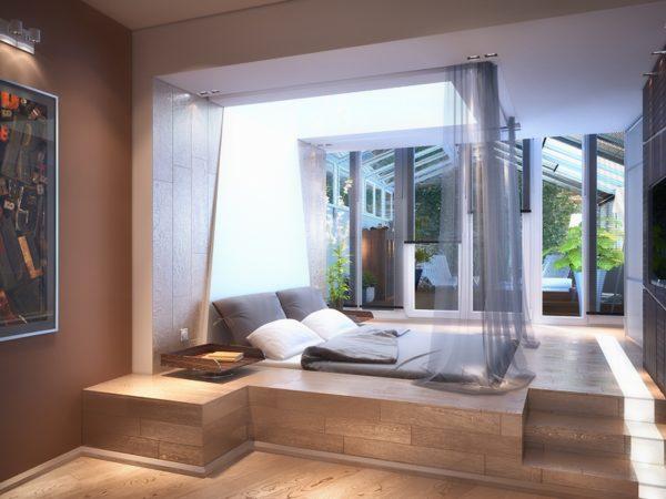Кровать на подиуме в гостиной с балдахином