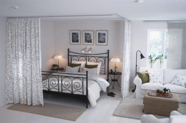 Романтическая гостиная-спальня с кованой кроватью
